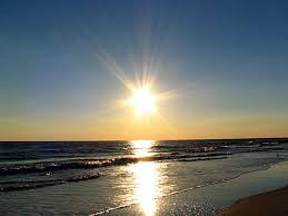 Risultati immagini per immagini sole che sorge sul mare