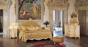 <b>Спальный гарнитур бежевого</b> цвета с коричневой обивкой Barocco