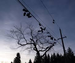 Забрасывание обуви — Википедия