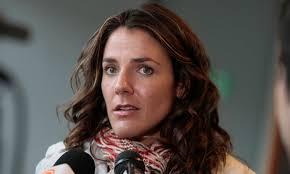 Julia Beatriz Vial Cuevas (Santiago de Chile, Chile, 24 de junio de 1977) es una periodista y presentadora de televisión chilena. - 1595401