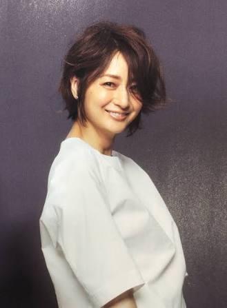 ショートヘアの富岡佳子