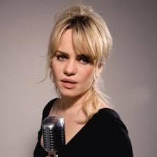<b>...</b> où elle rencontre <b>Jeannette Lee</b>, co- propriétaire du label Rough Trade. - 55479c55ebd1efd3ff125f1337100388-2