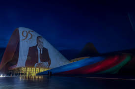 На здании Центра Гейдара Алиева представлена <b>композиция</b>