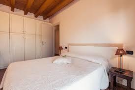 Porta Tv Da Camera Da Letto : Camera da letto matrimoniale con tv e porta finestra picture of