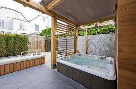 Soffitto In Legno Grigio : Coperta allu aperto vasca idromassaggio bagno idee con legno parete