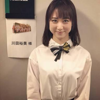 白シャツの川田アナ