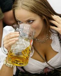 E' stato immortalato con la bellissima e biondissima moglie, Miro Klose con il boccale da 1 ... - oktoberfest_girls-sexy