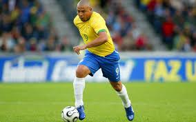 Resultado de imagen de Roberto Carlos jugador chutando a gol