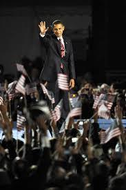 le prsident lu barack obama salue la foule aprs son discours de victoire son parti apras le discours de celle qui