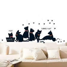 Сладкий художник украшает мило черный кот фреска <b>стены</b> ...
