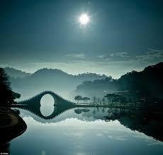 Resultado de imagen de luna sobre el puente