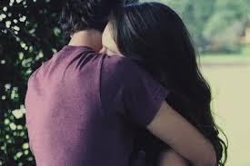 Znalezione obrazy dla zapytania chłopak przytula dziewczynę