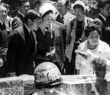 「1993年 - 今上天皇が歴代天皇で初めて沖縄を訪問。」の画像検索結果