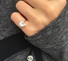Кто носит <b>кольца на мизинце</b> и что это значит?