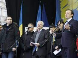 Kết quả hình ảnh cho Hình ảnh ông McCain tham gia biểu tình tại Kiev