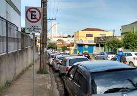 Resultado de imagem para foto de carros estacionados em locais proibidos