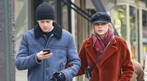 Редкие кадры: Тейлор Свифт и ее бойфренд Джо <b>Элвин</b> гуляют ...