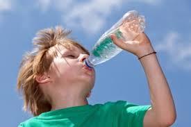 Resultado de imagen para ingerir agua en tiempo de calor