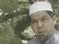 Ông Mohd Sofi Ibrahim bên cây sầu riêng vườn nhà. - 30093551_sau-rieng-nhieu-mau
