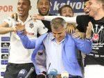 Futbolcular Şenol Güneş'in basın toplantısını bastı