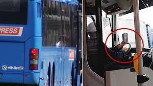 Busschauffören tittar på mobiltelefonen medan han kör - Nyheter <b>...</b>