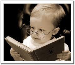 Resultado de imagen de niño con linterna leyendo debajo de las sabanas
