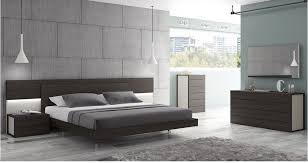 Glass Wall As An Option For The Minimalist Bedroom Furniture