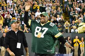 shooting from the sidelines willie davis rises up to thank the lambeau crowd for its warm welcome