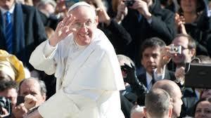 Il Papa saluta la folla