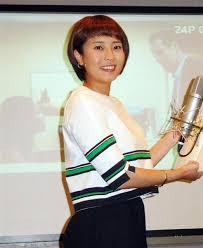 緑のストライプが入った服を着た上田まりえ
