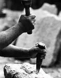 Resultado de imagen de foto de cincel y martillo sobre cabeza