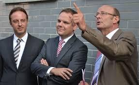 ... mit dem Bundestagswahlkandidaten Macit Karaahmetoglu und dem früheren Landtasabgeordneten Wolfgang Stehmer die historische Innenstadt von Markgröningen. - Markgr%25C3%25B6ningen06-900x551