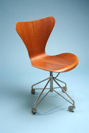office chair series 7 designed by arne jacobsen for fritz hansen modernity arne jacobsen office chair
