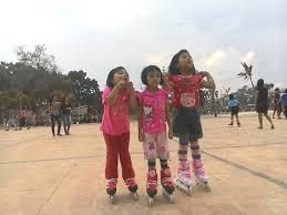 Hasil gambar untuk gambar bermain sepatu roda