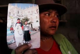 Angelita Lala muestra una fotografía en la que aparece con su esposo, Luis Freddy Lala Pomavilla, único superviviente de la matanza. / EFE - 1282860007_850215_0000000000_sumario_normal