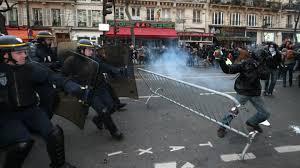 باريس -  مواجهات بين الشرطة ومحتجين واستخدام غاز مُسيل للدموع