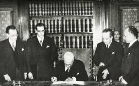 risultato di immagine per foto firma della Costituzione Insieme