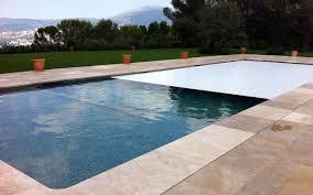 游泳中心的游泳池