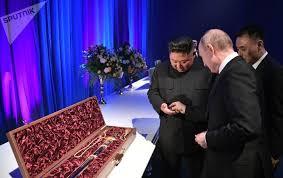 Путин подарил Ким Чен Ыну саблю и получил в дар <b>меч</b>. Видео ...