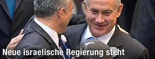 Benjamin Netanjahu umarmt Yair Lapid - israel_regierung_netanjahu_lapid_2q_innen_a.2211466