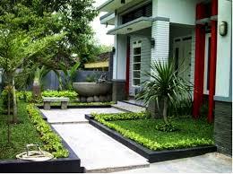 foto taman depan rumah: Taman depan rumah minimalis lahan sempit rumah idaman