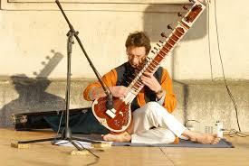 La musique indienne  Images?q=tbn:ANd9GcSUUhSqFc3I4dvFx0LXEI-w5CnhLSvPcfzI2tusG7weC59DFaBg