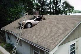 Voiture dans le toit d'une maison