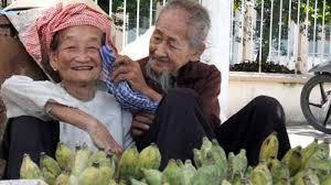 Kết quả hình ảnh cho Hình ảnh cảm động của những cụ già còng lưng gánh gánh nuôi thân images