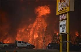 البرتا - حريق غابات في مدينة فورت مكماري يجبر الآلاف على النزوح ( صور )