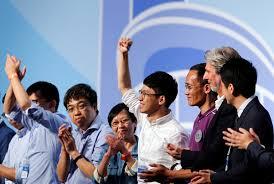 Nathan Law (áo trắng), 23 tuổi, ăn mừng chiến thắng trong cuộc bầu cử hội đồng lập pháp Hong Kong ngày 5-9 - Ảnh: Reuters