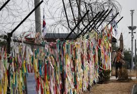 Messaggi colorati di speranza per l'unificazione delle due Coree attaccati al muro della zona demilitarizzata.