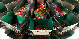 На фабрике <b>M&M's</b>: как производят <b>конфеты</b>, которые тают во ...