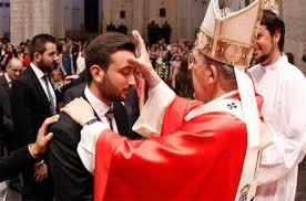 Resultado de imagen de obispo  confirmando a jovenes