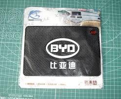 <b>Антискользящий коврик на торпеду</b> с логотипом. — BYD F3, 1.6 л ...